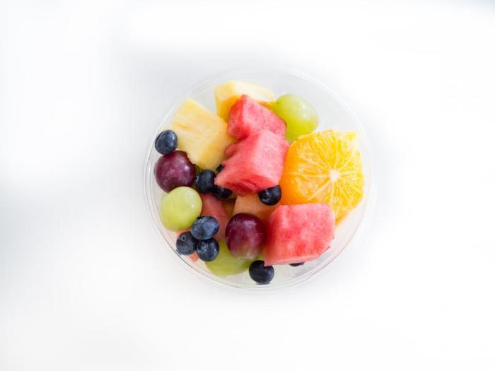まずはフルーツポンチに使いたいフルーツをカットします。フルーツのカットの仕方は、サイコロ状にしたり、スライスしたり、くり抜いたり……お好みに合わせて。
