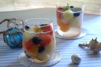 丸くくりぬいたフルーツとサイダーで、とても簡単に作ることができるフルーツポンチです。ナタデココも加えることで食感も楽しめる一品になりますね。