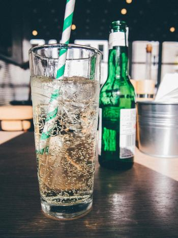 噴水フルーツポンチで必要なのは、お好みのフルーツとソーダ。ジンジャエールやサイダーなどお好みのソーダを使いましょう。周りをきれいに洗ってペットボトルごと使っても良いし、グラスでもOK。グラスに注ぐ場合は、なるべく炭酸が抜けないよう優しく注ぎましょう。