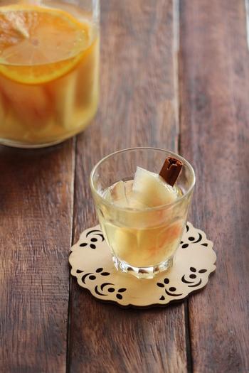 お酒が苦手な方でも比較的飲みやすい、桃ベースのサングリアです。オレンジと桃の組み合わせは相性ぴったりです。