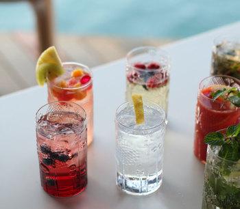 ひとりずつのグラスに入れておくのも色鮮やかでいいですね。パーティーのドリンクメニューが一気に華やかな印象になります。