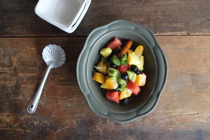 ガラスの器ではなく、重量感が感じられる器もフルーツにはぴったりです。器とフルーツの色合いが食卓に花を添えてくれます。