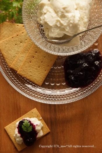 ダイエット中の型でも安心なカロリー控えめのヨーグルトクリーム。生クリームに水切りしたヨーグルトを合わせてサッパリと仕上げました。
