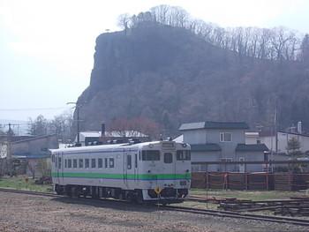 """公園の入り口には""""北海道自然百選""""に選ばれた高さ約78mの「瞰望岩(がんぼういわ)」があります。山頂には牧場があり約300頭の牛が見渡せるなど、のどかな景色が広がります。"""