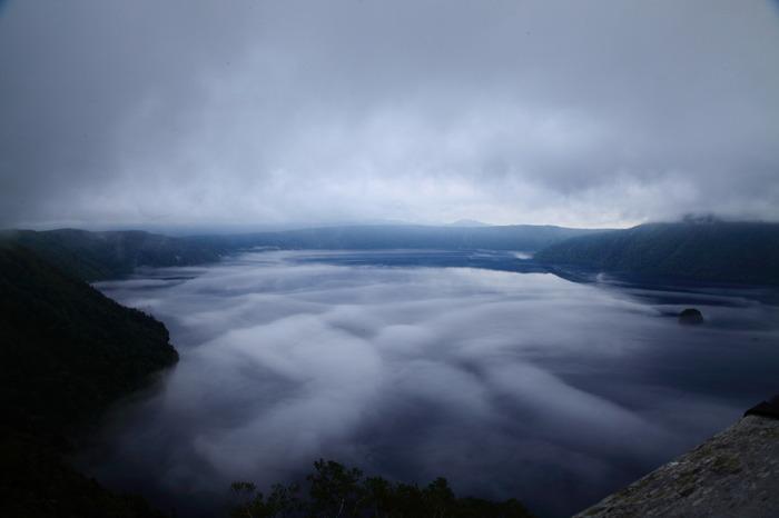 ところで「霧の摩周湖」という言葉を聞いたことはないでしょうか?これは60年代にヒットした歌謡曲名なのですが、この曲のヒットにより、摩周湖が有名になったといわれています。曲名の通り、年間100日ほどは霧が発生しているそうです。