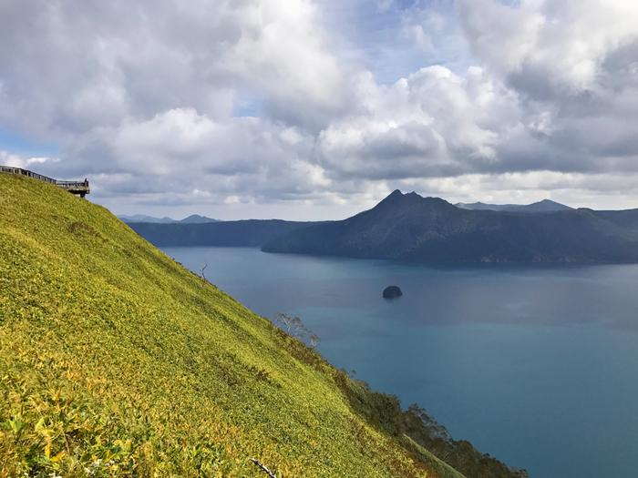 第三展望台からの眺め。第一展望台からよりも湖が大きく見えます。中央右にぽつりと見えるのは、カムイシュ島(中島)。