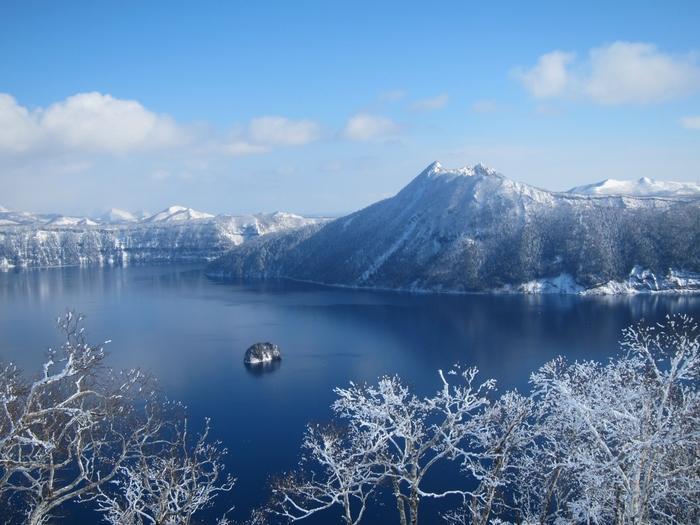 霧氷現象で木々の小枝まで凍った状態の摩周湖周辺。厳冬時期のみに見られる美しい姿です。