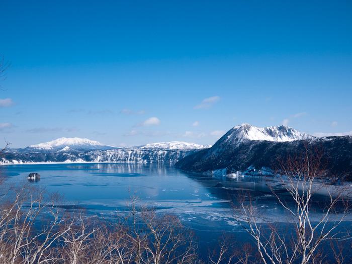 半凍結している摩周湖。この時期の湖面は神々しいほどのサファイアブルー色で、その全景は絶景と呼ぶにふさわしい姿をみせてくれます。