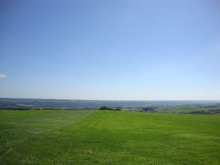牧場には食事などのできるレストハウスや、パークゴルフなどの施設もあります。目の前を遮るものがない環境の中でできるスポーツはここならでは。