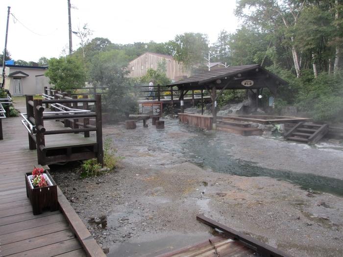 摩周湖と屈斜路湖の間に位置する川湯温泉は、湯量が豊富で源泉かけ流し100%宣言をしている温泉街です。