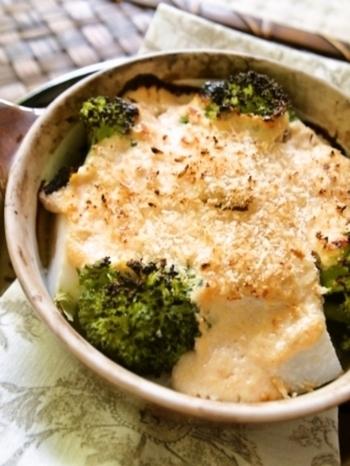 豆腐を具材にして明太子のソースをかけた豆腐グラタンレシピ。 淡白なお豆腐に明太子の濃厚なソースがマッチして美味しい!色んな野菜を入れて楽しみたいですね。