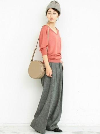 ニットキャップとパンツの色をリンクさせて縦長効果。優しいベージュとピンクを合わせて女子力も満点。