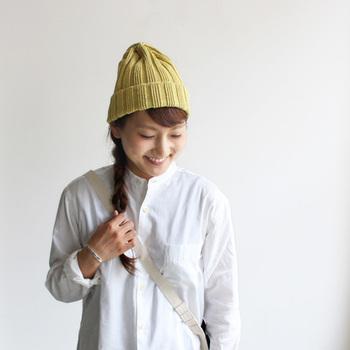白シャツのシンプルコーデに、差し色としてニット帽を選ぶのも楽しい。スカートでもパンツでもOK。