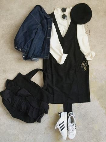 ジャンパースカートのモノトーンコーデにはベレー帽がよく合います♪全身の黒リンクが素敵。
