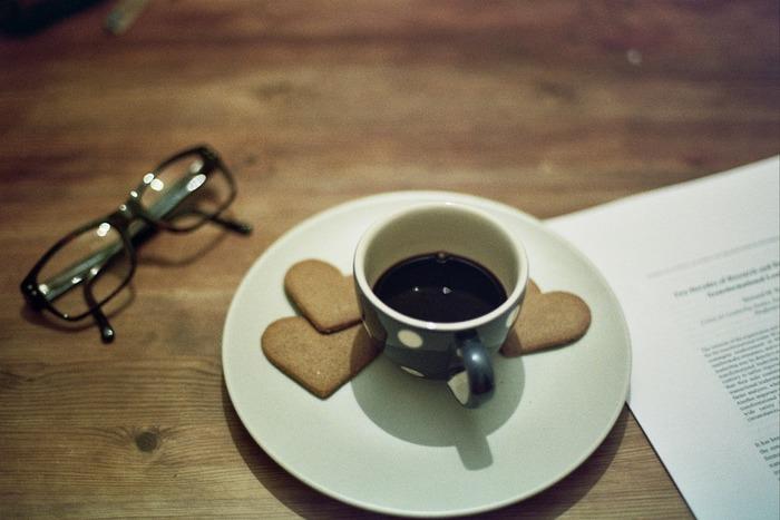 リラックスタイムにはコーヒーが欠かせない!という方は、多いのではないでしょうか。もちろんコーヒーだけでも十分おいしいのですが、そこに甘いお菓子を合わせるとコーヒーの風味がより引き立ちます。