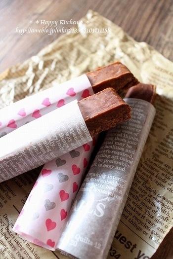 【簡単!チョコファッジバー】 チョコレート・マシュマロ・マーガリンの材料3つで出来る簡単レシピ♪ スティック状だから片手で食べやすいのも嬉しいですね。 オシャレな柄のワックスペーパーで包めば見た目も華やかに!