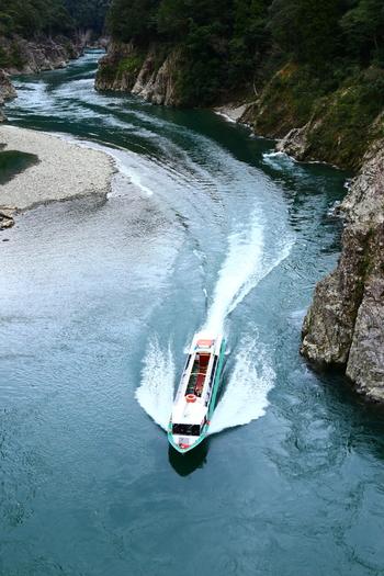 ウォータージェット船での瀞峡めぐりも人気があります。