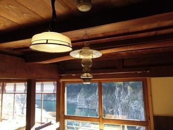 レトロなランプ、絶景を望む大きな窓、木の温もりたっぷりの店内、心癒されるものにあふれた実に落ち着く空間です。