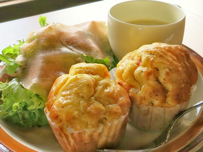 こちらも人気の「おかずマフィンセット」。本日のマフィン2個にスープとサラダ、ドリンクがセットになったお得なメニューです。ブランチに向いてそう。