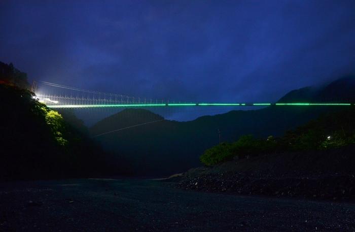 夜間のライトアップも幻想的で素敵。ちなみにこの吊り橋をカップルで渡るとさらに仲良くなれるそう。デートにもおすすめのスポットです。
