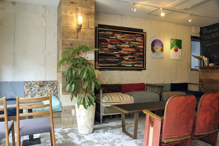 お店の名前になっている「Salo(サロ)」は、フィンランド語で「深い森」という意味。その名の通り、植物がたっぷり配置されたおしゃれな店内は、新宿にある癒しの空間。そんな店内でもひと際目を引く、壁際のソファ。カラフルなソファは、みた目通りふわふわとした座り心地で、ゆったりと座ることができます。