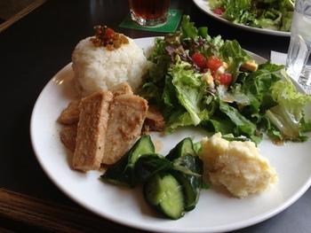 平日のランチタイム限定で大人気なのが、saloの木こりプレート。たっぷりのサラダと、ジューシーなお肉料理がついて、とっても食べごたえがあります。