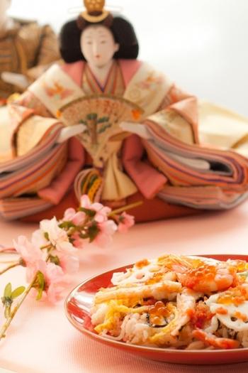 女の子の幸せと健やかな成長を願う、3月3日の桃の節句。 邪気を払う力があるとされる桃の木やひな人形を飾り、白酒(しろざけ)・菱餅・雛あられなどを供えてお祀りします。 見た目にも華やかで美味しいご馳走を用意して、おひな祭りパーティーをみんなで楽しんでみませんか?
