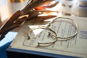 乾哲郎さんによるジュエリーブランド「goodmanjewelry works(グッドマン ジュエリー ワークス)」のバングル。  叩いたりねじったりしながら手作業で作られています。ハンドメイドの為ひとつひとつ表情が違い、あなただけのオリジナルのアクセサリーに。シンプルな中に趣深いディテールのあるバングルなので、1本でも、お手持ちのブレスレットとの重ね付けをしても◎。