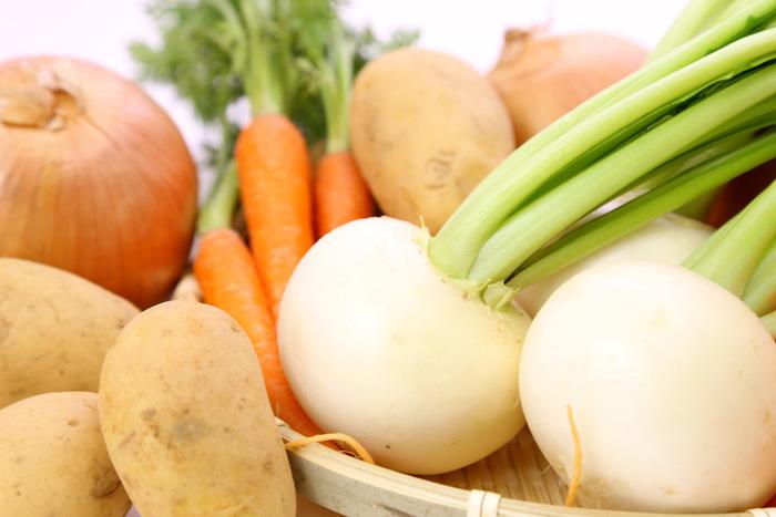 「水分」を減らし「糖分」を蓄えながら育つと言われている冬野菜。年中流通している根菜類も、旬ともなればさらに美味しさは格別。身体の中からほっくりと温めてくれる根菜のパワーを、美味しく頂いてみませんか?今回は、かぶ・ごぼう・大根・にんじん・レンコン・さといも・長いもなどの根菜を使ったおすすめレシピをご紹介します。