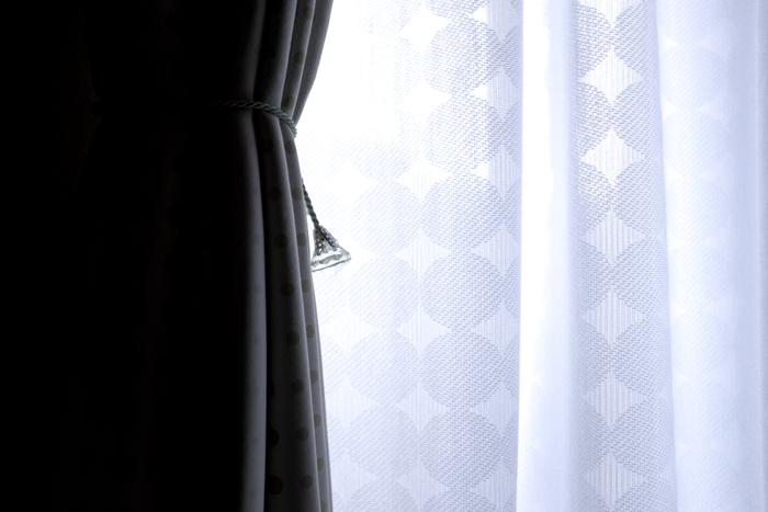 レースと遮光カーテンの2重使いにすると、暖房効率が更にアップ♪ 市販の隙間テープで、ドア下や窓下から入り込んでくる冷気をシャットアウトするのもお忘れなく!