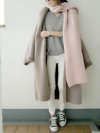 全身をペールトーンでまとめて…。カジュアルに着こなしているからこそ、洗練された雰囲気が匂い立ちます。インはセーター1枚であったかコートと長目のペールピンクのマフラーで。