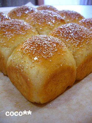 生地にはメープルシュガーを使い、表面にメープルシロップを塗ったちぎりパンレシピ。メープルシロップの優しい甘さにやみつきになりそう。