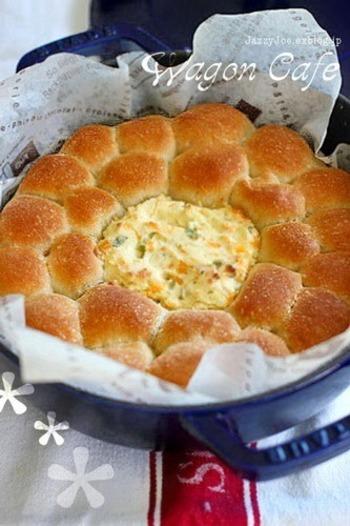 ちぎりパンをストウブで焼く時に、チーズディップも一緒に焼けば一気に豪華に。表面はカリッと、中はふんわり、とろりチーズディップがおいしいレシピです♪