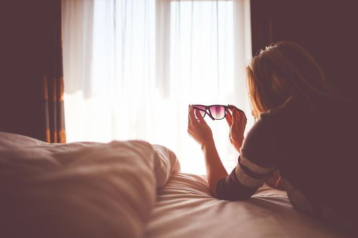昼間にカーテンを開けておくと、太陽の光で室内の空気は暖まります。夕方になって気温が下がると、窓ガラスが急速に冷やされて、せっかく暖まった空気も冷たくなってしまいます。