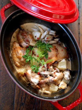 洋梨を相性の良いブル―チーズ、鶏肉、きのこと一緒に煮込ん煮込み料理。甘くてクリーミーなチーズのソースが鶏肉に絡まって美味。寒い季節に熱々を頂きたくなる一品。