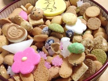 小さなクッキーに豆菓子金平糖など、なんと30種類も入っているんですよ。思わず並べたくなってしまいますよね♪