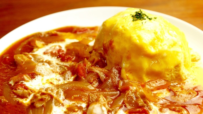 お料理も本格的。人気のオムハヤシは、とろとろの卵に、たっぷりのハヤシソースがかかって、甘さと辛さのバランスが良い一品です。