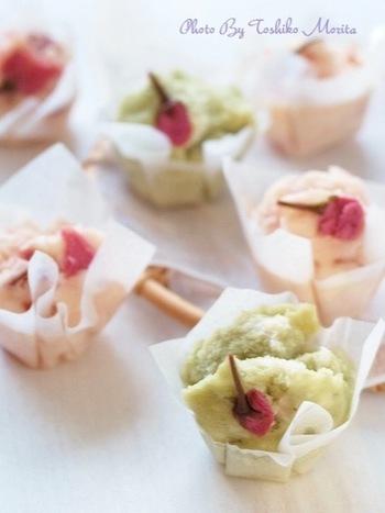 イチゴジャムと抹茶でほのかに色付けした春色の蒸しパンです。桜の塩漬けを添えることで見た目にも華やかですし、食べた時にもほどよい塩味がアクセントになります。