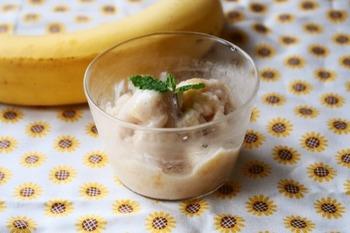 材料も3つ!潰して混ぜて、凍らせるだけの簡単レシピ!なのに、とても美味。使うバナナは完熟のものがおすすめ!全体的に少し溶けたくらいに食べるのがおすすめです。