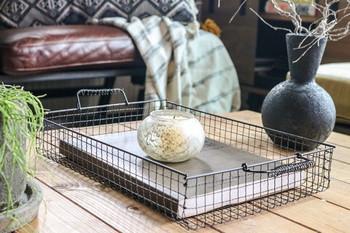 ちょっとした隙間にちょうどいいワイヤーバスケットは、焼き網で作ります。 キッチンだけでなく、リビングや書斎においてもお洒落ですね♪