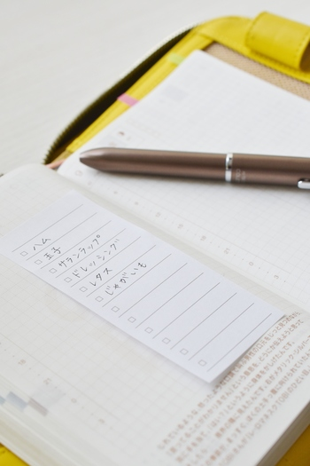 手帳が手元に無いけど書き留めたい!という時に便利なのが、無印良品の「ペーパーチェックリスト付箋紙」。お買い物リストやToDoリスト、わざわざ手帳に書き直さなくてもペタンと貼っておけます。キッチンや、デスクの中にひとつ入れて置くと良いかも...。