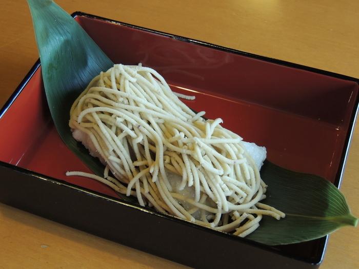 竹風堂小布施本店のみの期間限定メニュー「栗子餅(くりこもち)」。半搗きのお餅の上に、新栗をたっぷり使った栗あんと上に新栗の裏漉しをモンブラン風にしぼって仕上げた、この時期ならではの特別限定メニュー!今年の販売期間は9月28日(月)~10月末(予定)で、1年分の栗菓子原料を半製品とする、新栗の仕込み期間に限った数量限定の貴重なスイーツです。