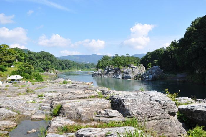 【「岩畳」と深緑、川面が織り成す「長瀞」の渓谷美。】