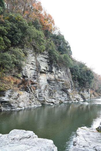 今記事では、秩父・長瀞町の名勝地「長瀞渓谷」と、長瀞周辺の観光スポットを紹介します。  喧騒の都会から一時離れ、自然豊かな「長瀞」で爽やかな一時を過ごし、心身ともにリフレッシュしましょう。