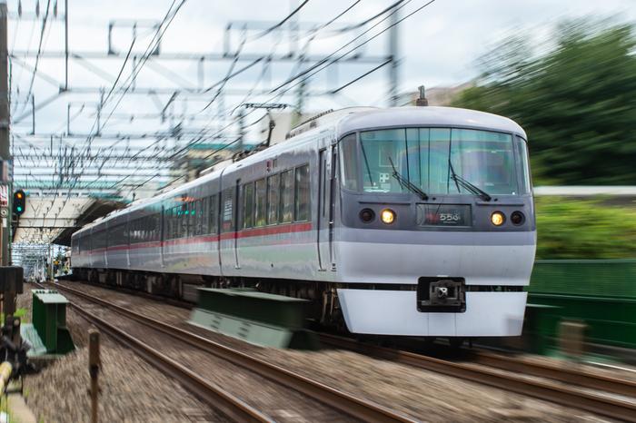 西武鉄道「特急レッドアロー号」は、池袋駅から西武秩父駅を最短78分で結ぶ直通電車です。車内もゆったりで乗り心地も抜群。