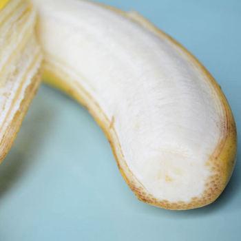 生のバナナをそのまま食べると、バナナに含まれるカリウムを効果的に摂取することが出来ます。カリウムは体内のナトリウムを減らすので、むくみの改善や高血圧に効果があります。 また、お肌の代謝にかかわるビタミンB群も豊富に含まれているので、美肌効果も期待できます。