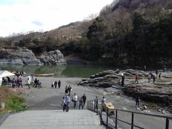 「長瀞岩畳」へは、長瀞駅から歩いて僅か5分。駅を降りてすぐに素晴らしい長瀞の景色と出会えます。