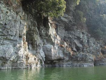 「岩畳」の対岸の絶壁「秩父赤壁(ちちぶせきへき)」。荒川の流れと岸壁、深緑が織り成す見事な景観です。