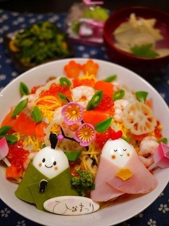 まずは定番の、具沢山なごちそうちらし寿司です。さらに、卵で作ったおひなさまとおだいりさまがたまらない可愛さですね。喜ぶ子どもたちの笑顔が目に浮かぶようなお寿司です。