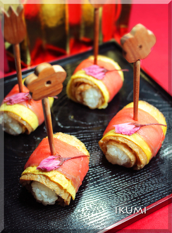 大勢が集まるパーティーには、ちょっとつまめる一品が大活躍します。こちらは一口大の酢飯に油揚げや薄焼き卵、スモークサーモンを巻いてあり、ちらし寿司とはまた違ったご飯ものとしても楽しめます。